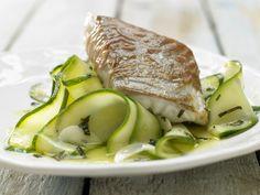 Seelachs im Parma-Mantel - auf Zucchinigemüse - smarter - Kalorien: 291 Kcal - Zeit: 30 Min. | eatsmarter.de Zucchini ergänzt den leckeren Fisch.