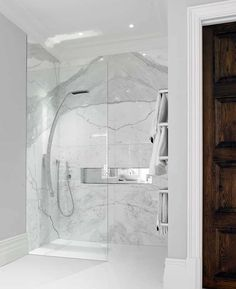 Marble in the bathroom - advantages and disadvantages of marble tiles- Marmor im Bad – Vor- und Nachteile der Marmorfliesen Marble slabs in the shower area laid with a glass wall - Marble Tile Bathroom, White Marble Bathrooms, Marble Tiles, Bathroom Canvas, Bathroom Worktops, Marble Slabs, Dream Bathrooms, Amazing Bathrooms, Simple Bathroom