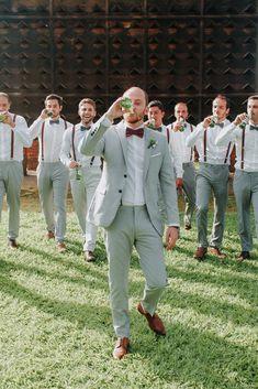 Veja mais no site Groomsmen Looks, Groomsmen Outfits, Groom And Groomsmen Attire, Bridesmaids And Groomsmen, Wedding Bridesmaids, Rustic Groomsmen Attire, Casual Groom Attire, Groomsmen Fashion, Wedding Groom
