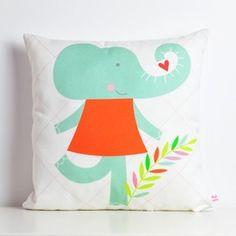 Pink NouNou- Kussentje mevrouw OlifantBij het slapen gaan vertel je vaak een verhaaltje en er is niets mooiers dan het verhaaltje te besluiten met...en toen kwam er een olifant en die blies zo het verhaaltje uit! Met het kussentje van mevrouw olifant naast zich zal je kleintje heerlijk zoet in slaap vallen.De vrolijke Pink NouNou collectie wordt ontworpen en handgemaakt in Portugal.