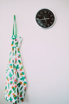 White and Green Cactus Pattern Apron Near Round Gray Analog Wall Clock · Free Stock Photo Kitchen Tiles Design, Tile Design, Salsa Chicken, Green Cactus, Budget, Style Deco, Roasted Salmon, Cuisines Design, Coffee Travel