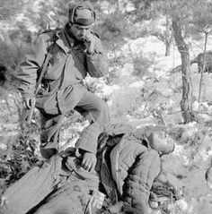 An American soldier stands over a dead Communist soldier during the Korean War. Les Nations Unies, Vietnam War Photos, Man Of War, War Image, War Photography, Korean War, American Soldiers, North Korea, Cold War