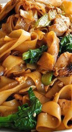 Pad See Ew - Thai Stir Fried Noodles Pad See Ew (which means Stir Fried Soy Sauce noodles) is one of the most popular Thai street foods. Vegetarian Recipes, Cooking Recipes, Healthy Recipes, Vegetarian Pad Thai, Easy Thai Recipes, Thai Vegan, Healthy Pad Thai, Tai Food Recipes, Easy Pad Thai