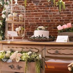 We're very proud of our Denver location @lehrersflowers for this beautiful styled shoot that was featured on @inspiredbrideblog 👏🏻 📸: @evermore.creation 🍰: @littlebitesbakingco