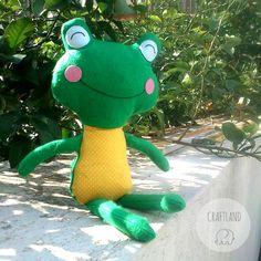Frog made of felt and fabric Made with an original dolls and daydream pattern Dolls And Daydreams, Fabric Dolls, Dinosaur Stuffed Animal, Felt, Toys, Pattern, Blog, Handmade, Animals