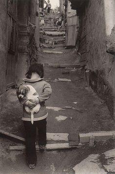 Take a look at these vintage photographs of South Korea from to taken by Korean photographer Kim Ki-chan. Black White Photos, Black And White Photography, Old Pictures, Old Photos, Street Photography, Art Photography, Meaningful Photos, Vintage Photographs, Belle Photo