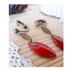 ▲ MYRIAM ▲ Boucles d'oreilles montées sur des clips avec un sequin émaillé rouge cerise en forme de losange ! ! : Boucles d'oreille par elora
