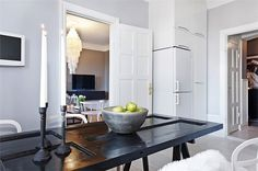 Old doors or recycled, as well as serving as a decorative paintings hanging or flat on the floor as we saw in the post Decorate walls with recycled doors, we Recycled Door, Room Doors, Decoration, Ideas Para, Oversized Mirror, Recycling, Table, Dining Room, Diy Projects