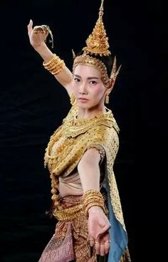 Lovely Thai dancer in national costume. Thailand Costume, Vietnam Costume, Thai Traditional Dress, Traditional Outfits, Oriental Fashion, Asian Fashion, Oriental Style, Thailand Art, Thai Dress
