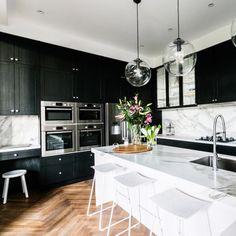 8 veces he visto estas serenas cocinas negras. Shaker Style Kitchen Cabinets, Shaker Style Kitchens, Kitchen Cabinet Styles, Black Kitchens, Home Kitchens, Kitchen Black, Shaker Cabinets, Modern Kitchens, Kitchen Island