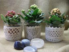 Ha nem szeretnél kaspóba tenni a virágaid, a horgolt cserepekben is jól fognak mutatni.
