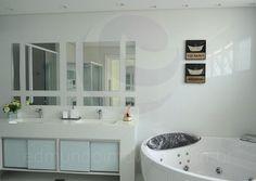 O toalete já conta com banheira de hidromassagem, pias independentes para senhor e senhora e um lindo acabamento com mosaico de espelhos.