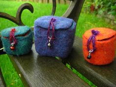 Little felt boxes that close with a loop fastening ♥
