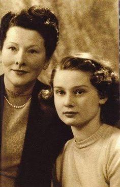 Una joven Audrey Hepburn y su madre la Baronesa Ella van Heemstra