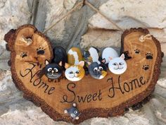 Wonderful DIY decoration ideas with painted pebbles Wonderful DIY decoration ideas with painted pebbles A nice easy, economical and psychic relaxing idea that is very popular lately in the trend of decoration and creative design with Dyed Pebbles. Stone Crafts, Rock Crafts, Diy And Crafts, Arts And Crafts, Pebble Painting, Pebble Art, Stone Painting, Navidad Diy, Rock Painting Designs