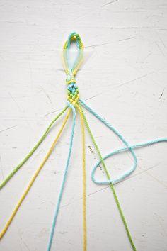 Diy Friendship Bracelets Tutorial, Diy Friendship Bracelets Patterns, Bracelet Tutorial, Yarn Bracelets, Diy Bracelets Easy, Cute Bracelets, Diy Crafts Jewelry, Bracelet Crafts, Macrame Tutorial