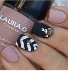 Chevron nail art designs have evolved into big nail trends these days. More and more ladies would want a chevron nail art, which really rock and can be worn Get Nails, Love Nails, Hair And Nails, Matte Nails, Black Nails, Gems On Nails, Acrylic Nails, Nail Jewels, Matte Pink