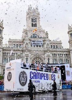 May shortly before 8 am, Real Madrid arrives at Cibeles to celebrate their eleventh Champions Ronaldo Real Madrid, Ultras Football, Real Madrid Wallpapers, Cristino Ronaldo, Real Madrid Football Club, Foto Madrid, Bernabeu, Soccer Training, Uefa Champions League