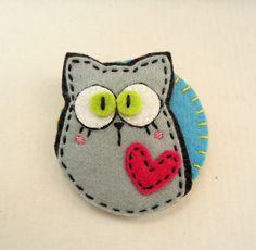 Meia Lua: pregadeira Cat Crafts, Crafts To Make, Felt Keychain, Felt Bookmark, Zipper Crafts, Felt Purse, Creation Deco, Felt Cat, Felt Decorations
