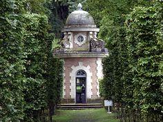Le Temple du Labyrinthe au centre d'un labyrinthe végétal (fabrique en pierre 1967 où sont exposées des photographies de Cecil Beaton) dans Parc à fabrique du château de Groussay à Montfort-l'Amaury dans les Yvelines France.