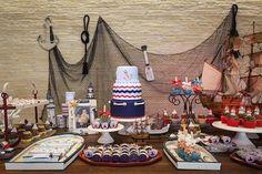 A festa de marinheiro foi produzida para celebrar um aniversário infantil. A proposta foi transformar a mesa em um cenário praiano com referências náuticas.