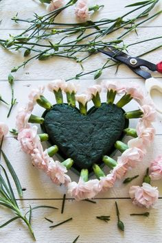 Full tutorial for a very romantic fresh floral heart DIY for your wedding! Funeral Floral Arrangements, Flower Arrangements Simple, Flower Centerpieces, Grave Decorations, Heart Decorations, Flower Box Gift, Flower Boxes, Bouquet Box, Memorial Flowers