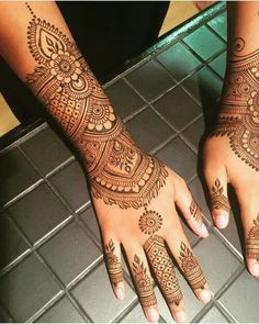 Trending Mehndi Designs For The Brides Of Today With the changing times and trends, gone are the days when people used to depend on their beloved aunties and other ladies to apply decent henna designs. Latest Henna Designs, Henna Tattoo Designs Simple, Simple Arabic Mehndi Designs, Indian Mehndi Designs, Mehndi Designs For Girls, Wedding Mehndi Designs, Mehndi Design Images, Beautiful Henna Designs, Mehendi Simple