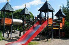 Launeen Perhepuistossa riittää tekemistä. Leikkipuistossa on useita isoja ja pienempiä liukumäkiä ja kiipeilytelineitä. Putkiliukumäet ovat lapsille haasteellisia. Punainen linnake vallihautoineen on kiehtova.