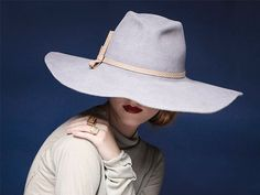 Wide brimmed fedora hat suitable for women and men. This hat made of a high quality fur felt, perfect to any style!    Materials: 100% fur felt,