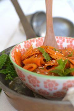 Salade-carottes-maroc pour 2 personnes :     - 4 carottes  - 1 oignon  - 1 gousse d'ail  - 6 branches de coriandre ou menthe fraîche  - 1 c. à c. de cumin en poudre  - Le jus d'1/2 citron  - 1 c. à s. de graines de sésame  - Sel gris de mer  - Poivre du moulin