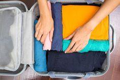 faire sa valise : enroulez les vêtements et utilisez les petits objets pour combler l'espace vide