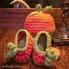 Pumpkin Halloween crochet Baby Infant booties - Free Pattern at SewDangCrafty.com baby shower baby gift