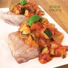 Esta receta de atún con pisto es muy sencilla. ligera y sabrosa. Con la misma elaboración puedes preparar otros pescados como la caballa, pargo o corvina.