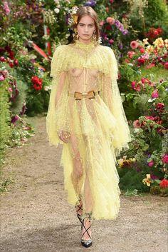 Guarda la sfilata di moda Rodarte a Parigi e scopri la collezione di abiti e accessori per la stagione Collezioni Primavera Estate 2018.
