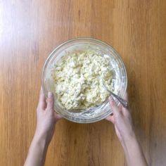 Brioșe aperitiv cu piept de pui și cașcaval • Gustoase.net Baby Food Recipes, I Foods, Food And Drink, Fondant, Bread, Cooking Recipes, Salads, Recipes For Baby Food, Brot