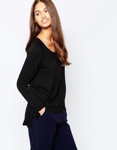 Oberteil von LNA elastischer Jersey tiefer U-Ausschnitt seitliche Schlitze übergroße, weite Passform Handwäsche 95% Modal, 5% Spandex Model trägt UK-Größe S/EU-Größe S/US-Größe XS und ist 173 cm / 5 Fuß 8 Zoll groß