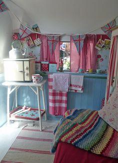 """""""Happy Loves Rosie"""" vintage caravan / travel trailer in pink & blue & red Retro Caravan, Retro Campers, Vintage Campers, Happy Campers, Diy Camper, Truck Camper, Camper Van, Camper Ideas, Caravan Ideas"""