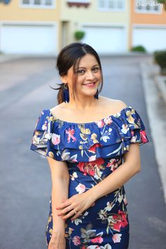 Navy blue floral off-shoulder floral sheath dress for last day of summer and feather earrings! Honeymoon Dress, Kids Summer Dresses, Last Day Of Summer, Posing Tips, Floral Sheath Dress, Summer Chic, Western Wear, Casual Looks, Floral Tops