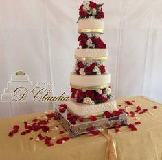 Un pastel, además de ser un hermoso adorno para el día de tu boda, simboliza la unión de dos familias que se mezclan para formar un nuevo núcleo; es el hermoso reflejo de la dulzura y el amor que viene en camino durante su matrimonio. #PastelesDClaudia interior de Portal de Bodas Guatemala