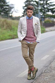 Opta por un blazer beige y un pantalón chino marrón claro para lograr un look de vestir pero no muy formal. Botas safari de camuflaje verdes son una opción muy buena para complementar tu atuendo.
