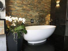 Wunderschönes Badezimmer! Die freistehende Badewanne Campione kommt vor der Steinwand toll zur Geltung!  Danke an unseren Kunden für die Einsendung der Bilder!!   http://www.baedermax.de/freistehende-badewannen/mineralguss/campione-6.html #Badezimmer #Badewanne #bath #bathroom #bathtub #interiordesign #design #interiordesigner #design #instadesign #tub #style #trend #interior #decor #home #house #lifestyle #homeinspiration Die freistehende Badewanne Campione Baden in Balance.
