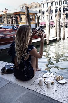 Breakfast near Rialto bridge, Italy: http://www.ohhcouture.com/2016/07/monday-update-27/ | #ohhcouture #leoniehanne
