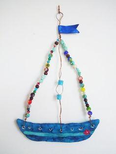 Barca a vela in ceramica e perline