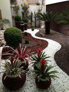 Jardim de inverno exterior com caminho de pedras.