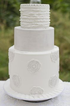 there's just something about an all white cake...