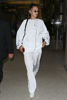 """Bella Hadid arriving at LAX Airport in Los Angeles, California. Bella Hadid Outfits, Bella Hadid Style, Look Fashion, Fashion Models, Fashion Bella, 2000s Fashion, Street Fashion, Fashion News, Fashion Online"