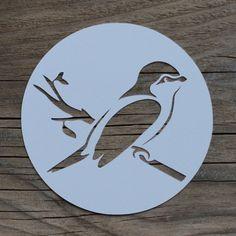 Hast Du auch ein Futterhäuschen für Vögel im Garten? Wir habe in der Birke im Garten ein kleines Futterhäuschen und Meisenknödel hängen. Und freuen uns daran, die Meisen & Co. zu beobachten. Das Vogel-Bestimm-Buch liegt beim Frühstück griffbereit, um unsere Besucher identifizieren zu können: Blau- und Kohlmeisen kommen regelmäßig vorbei, aber auch ein Eichelhäher und …