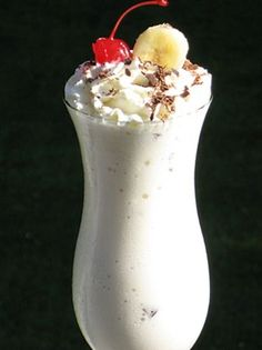 Chunky Monkey (Frozen) If you like the flavors of banana, chocolate, nuts, and cream in a frozen cocktail, then this decadent frozen concoction is for you darlin! Cocktails Bar, Frozen Cocktails, Cocktail Drinks, Cocktail Glass, Banana Cocktail, Hawaiian Cocktails, Bourbon Drinks, Refreshing Drinks, Summer Drinks