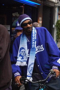 Snoop Dog on his bike in Amsterdam. On his way to the Bulldog 'coffee' Shop. Black Music Artists, Dutch Bicycle, Amsterdam, Go Ride, Cycle Chic, Bike Rider, Bike Seat, Bike Style, Hip Hop Rap