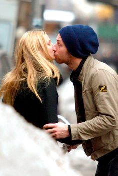 Coldplay frontman Chris Martin surprised wife Gwyneth Paltrow by kissing her in the crowd at a gig in Miami Celebrity Couples, Celebrity Pictures, Iron Man 2008, Shakespeare In Love, Death Cab For Cutie, Perfect Kiss, Chris Martin, Hipster Man, Famous Couples